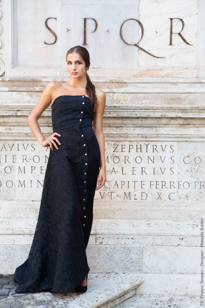 Vestito/tuta da sera in jacquard di cotone e seta nero, tuta in Sergé di cotone leggermente satinato.