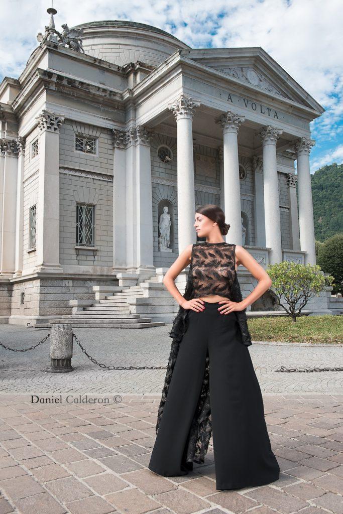 Completo da sera nero, top in tulle con applicazioni a piume, pantalone palazzo in cotone elasticizzato.