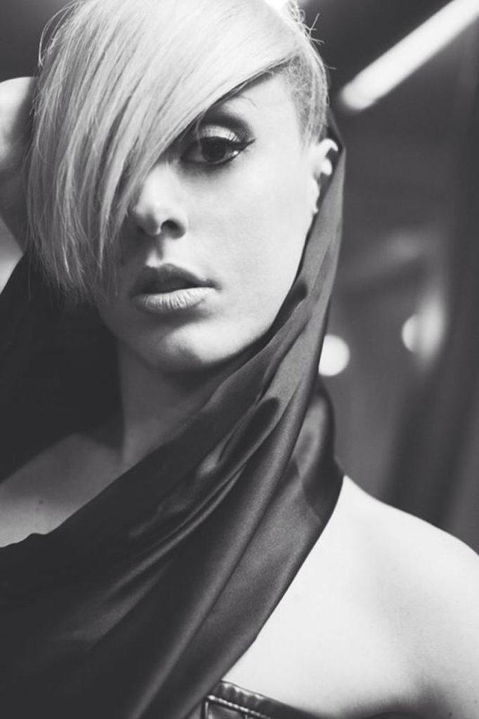 Cappuccio in raso di seta nero.
