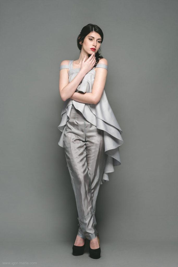 Top in gabardine di cotone con doppia bretella, drappeggio voluminoso. Pantalone fluido in raso di seta.