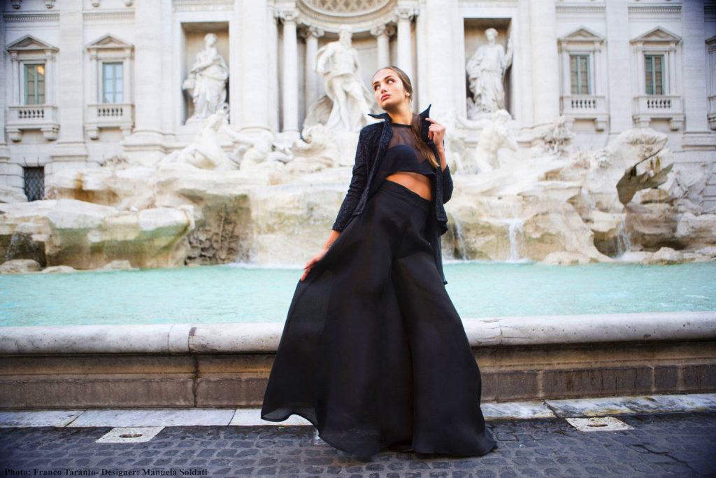 Completo da sera, giacca in jaquard di cotone e lana, top assimmetrico trasparente in chiffon di seta e pantalone a palazzo molto ampio in organza di seta.