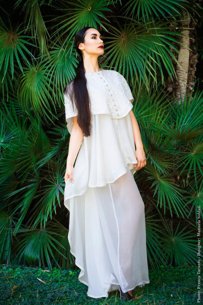 Vestito da sposa, cappa in organza di cotone, top lungo assimmetrico e pantalone palazzo in organza di seta.