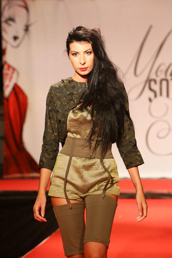 Giacca asimmetrica in cotone con maniche 3/4, stampa floreale. Body con pantaloncino in cotone e lino. Cintura alla taglia in cotone con lacci rilegati ai pantaloni.