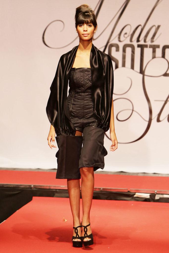 Body in trapunta, pantalone corto largo con tasche laterali e cappuccio in raso di seta integrato.