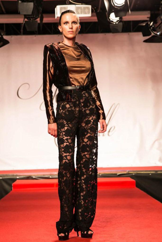 Gilet in damasco di velluto, top a maniche lunghe in paduasoy di seta. Pantalone dritto in pizzo floreale.