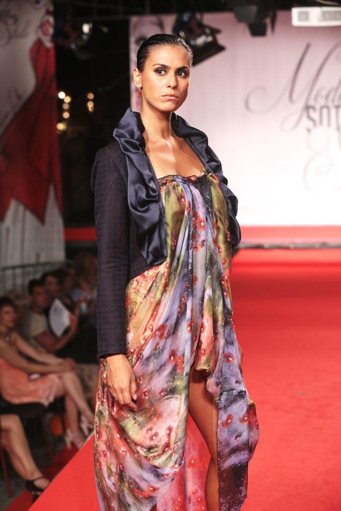 Giacca in jacquard di cotone con collo in raso drappeggiato. Vestito estivo in chiffon di seta stampato, corto davanti e lungo dietro.
