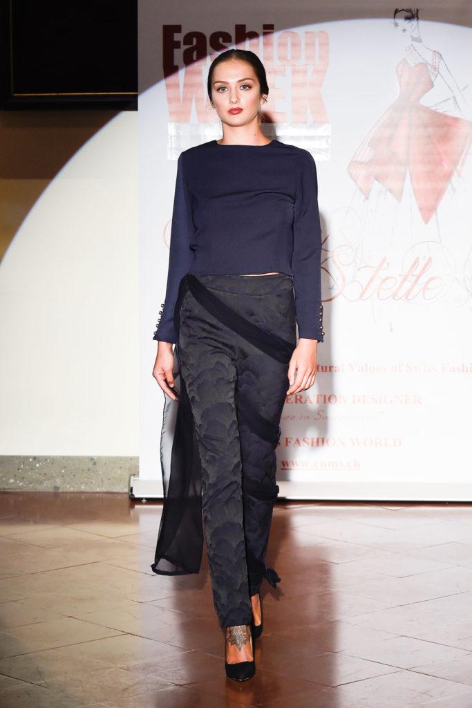 Giacca in popeline di cotone con scollatura sul dorso, pantalone dritto con velo in chiffon di seta integrato.