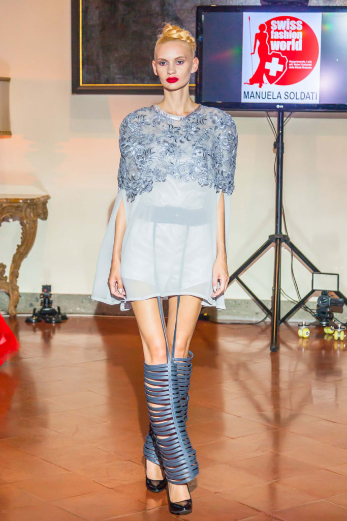 Completo streetwear, top lungo in organza di seta. Body in seta satinata color argento, lacci in ecopelle grigio fumo.