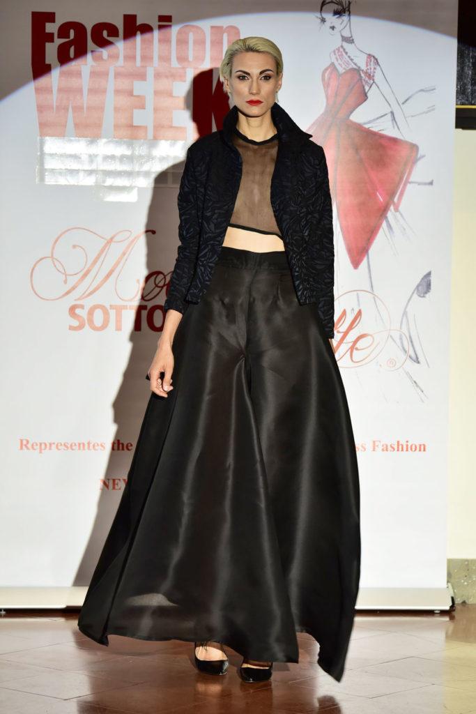 Completo da sera, giacca in jaquard di cotone e lana, top asimmetrico trasparente in chiffon di seta e pantalone a palazzo molto ampio in organza di seta.