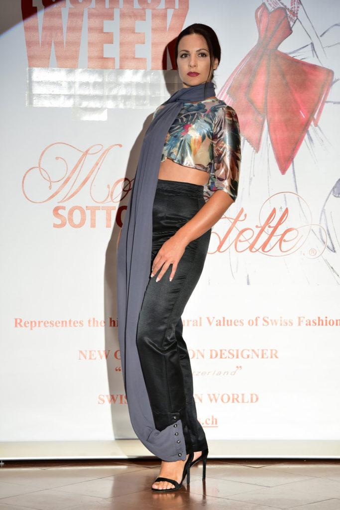 Top in organza metallizzata con stampa tropicale, pantalone dritto a vita alta in ottoman di seta con foulard in chiffon integrato nel pantalone.