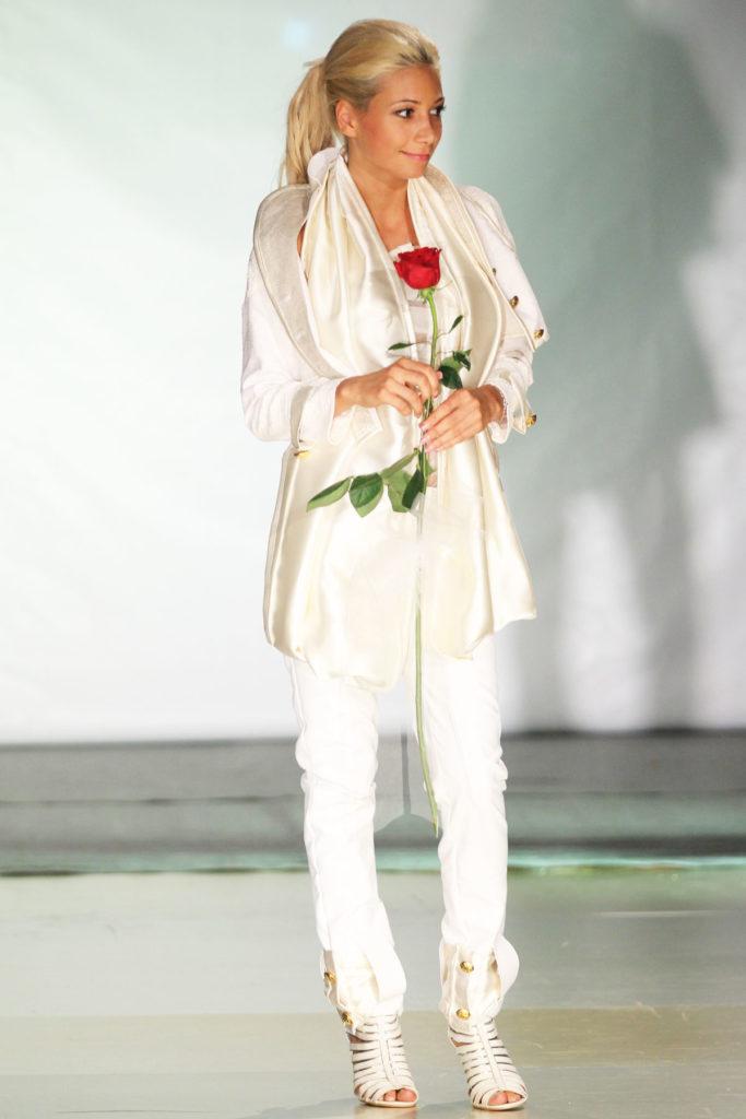 Completo da sposa, giacca in ecopelle effetto a serpente. Top con plissettature simmetriche in raso di seta. Pantalone attillato in ecopelle con effetto serpente.