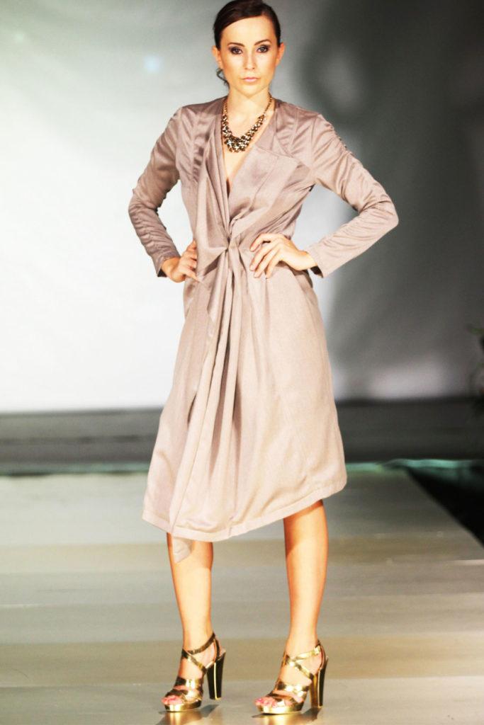 Vestito con drappeggio simmetrico in fina lana, lunghezza fino al ginocchio.