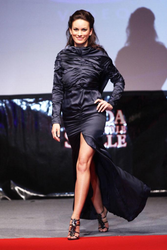 Vestito da sera in raso di seta con plissettature asimmetriche, scollatura sul dorso e ampio spacco sul davanti.