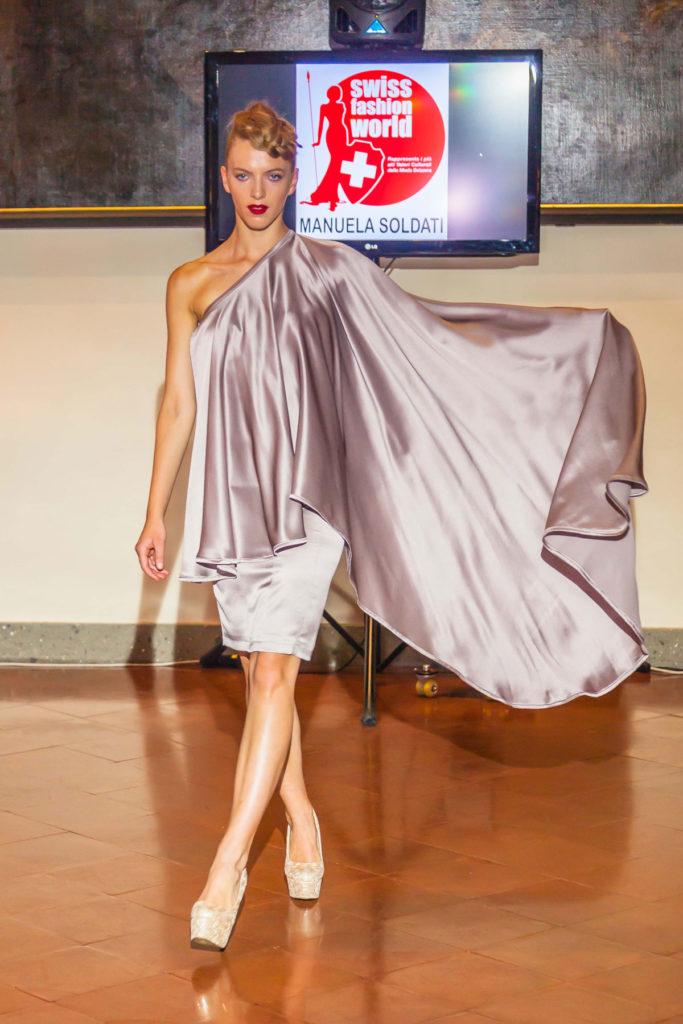 Completo da sera in raso di seta, vestito tubino con ampio velo asimmetricho drappeggiato.
