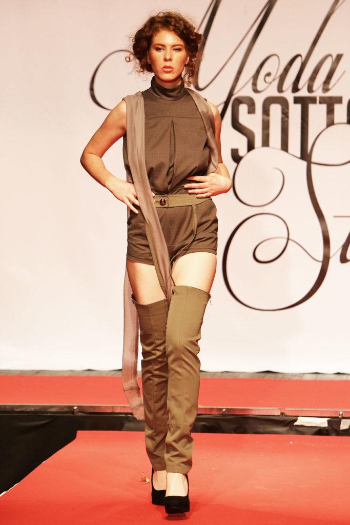 Body strutturato in cotone con pantaloncino. Cintura rilegata ai pantaloni giarrettiera in gabardine di cotone.